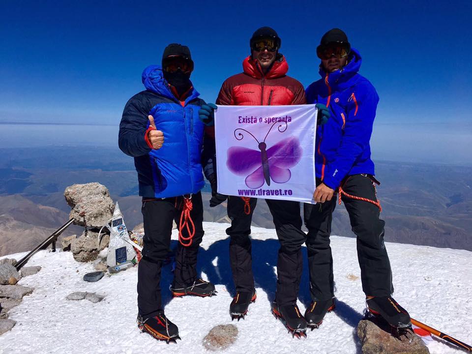 Alpinisti constanteni varful Elbrus