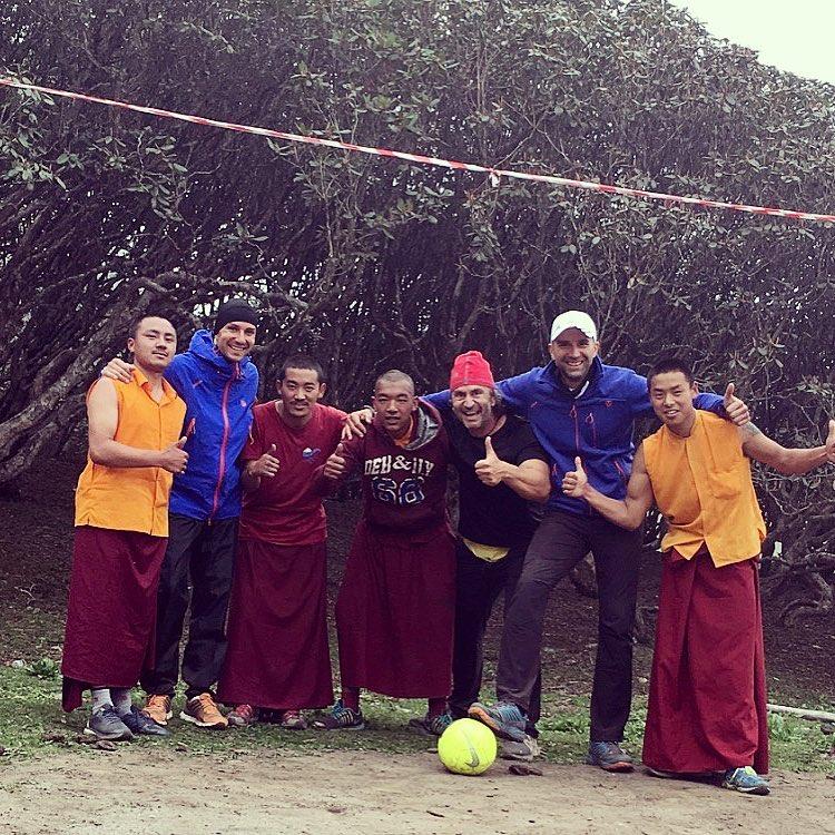 Fotbal cu calugarii budisti 7 summits Himalaya